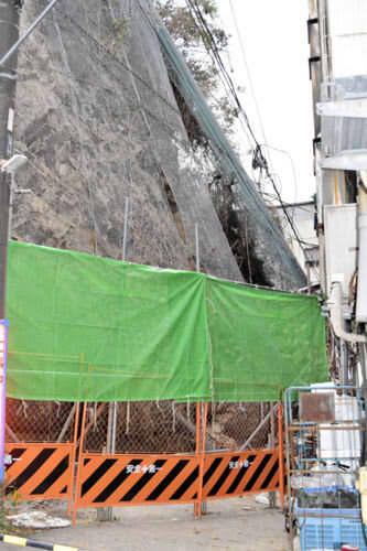 崖崩れが発生した現場=25日、横須賀市大滝町2丁目