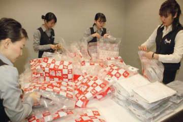 福袋を準備する天満屋岡山店の従業員