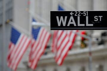 ニューヨーク証券取引所とウォール街の標識(ロイター=共同)
