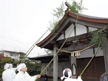 青竹を使って斎館のほこりを払う神職ら=阿蘇神社
