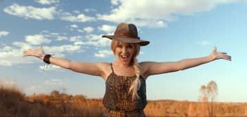 オーストラリア政府観光局による観光PRビデオに出演するカイリー・ミノーグさん(英PA通信=共同)