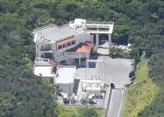 沖縄やんばる海水揚水発電所の建屋=2016年7月、国頭村安波(本社チャーターヘリから)