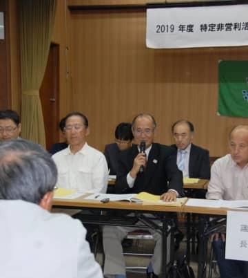 【市体育協会総会で委員の質問に答える熊沢会長、5月25日=鈴鹿市地子町の市労働福祉会館で】