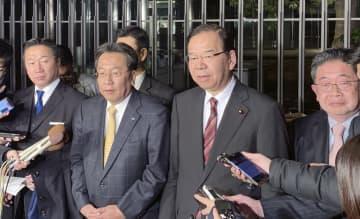 会食後、取材に応じる立憲民主党の枝野代表(中央左)と共産党の志位委員長(同右)ら=2019年12月15日夜、東京都内