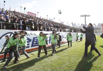 第99回全国高校ラグビー大会の開会式に訪れ、スタンドにボールを投げ込む日本代表FB山中(右端)=27日、大阪府東大阪市の花園ラグビー場