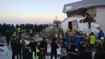 カザフスタンで100人搭乗の旅客機が墜落 14人死亡