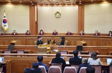 27日、慰安婦問題を巡る2015年の日韓政府間合意について司法判断を示すために開廷したソウルの憲法裁判所(共同)