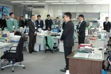 危機管理室の職員をねぎらう福田市長(中央)