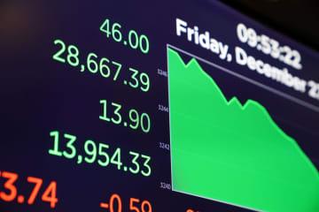 高値を示すニューヨーク証券取引所の電光掲示板(ロイター=共同)