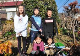 女性が倒れていた場所を示す(後列左から時計回りに)是信風愛さん、高本玲桜君、田中蓮太君、田中結音さん、高本紗彩さん=赤穂市西有年