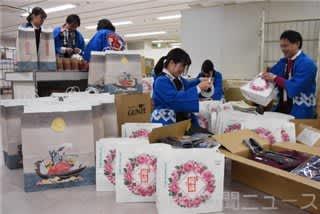 初売り商戦に向けて福袋の準備を進める高崎高島屋の社員