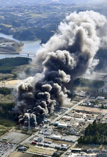 火災現場の廃材置き場から立ち上る黒煙=28日午前10時22分、千葉県市原市(共同通信社ヘリから)