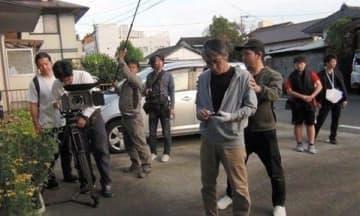 「第10回千年映画祭」で上映する長編映画を撮影する出演者とスタッフら=熊本市(HINAMI提供)