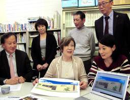 新しい拠点「あすパーク」の活用方法を話し合うCS神戸の中村順子理事長(前列右から2人目)ら=神戸市東灘区住吉東町5
