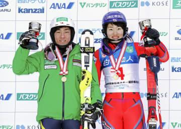 回転で優勝した男子の小山陽平(左)と女子の安藤麻(共同)