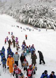 スキー学校の子どもたちでにぎわうゲレンデ=豊岡市日高町、アップかんなべスキー場