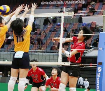女子準決勝の第2セット、岡山の中島佐知子(右)がアタックを決め、27―26とする=丸善インテックアリーナ大阪