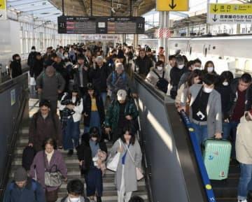 帰省客らで混雑するJR岡山駅下り新幹線ホーム=28日午前9時41分
