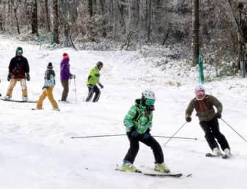 初滑りを楽しむスキー客たち