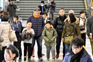 帰省し笑顔を見せる家族連れら=12月28日午後1時45分ごろ、福井県福井市のJR福井駅