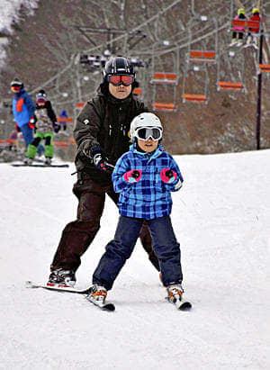 スキーを楽しむ来場者=北塩原村・裏磐梯スキー場
