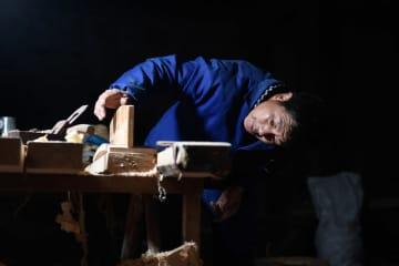 光る匠の技 古い舞台に新たな命を吹き込む職人たち 浙江省寧海県