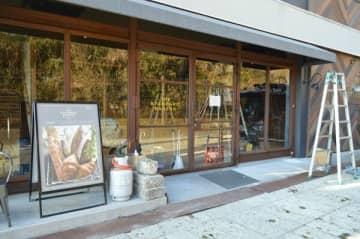 2カ月半ぶりの営業再開に向け準備が進む「THE STANDARD BAKERS」=20日午後、宇都宮市大谷町