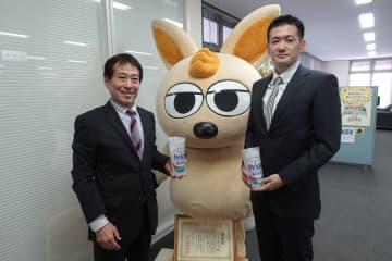 寄付をした(左から)城間三男さん、金城仁さん=25日、沖縄タイムス社