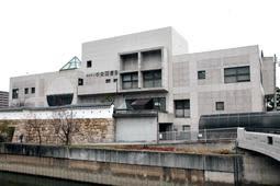 【現在】 尼崎市立中央図書館。2020年に市立図書館は100周年を迎える=尼崎市北城内