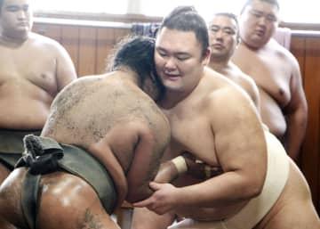 稽古納めで胸を出す朝乃山(右)=東京都墨田区の高砂部屋