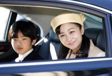 25歳の誕生日を迎え、上皇ご夫妻へあいさつに向かわれる秋篠宮家の次女佳子さまと、悠仁さま=29日午前、皇居・半蔵門