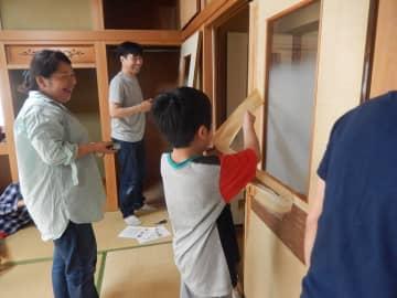 子どもや支援者と一緒に「くるみのおうち」の改修作業に励む太田さん(左から2人目)=川崎市中原区(太田さん提供)
