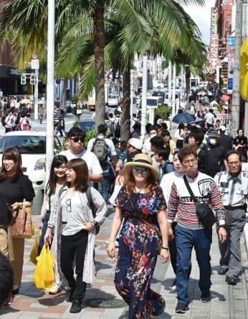 (資料写真)観光客でにぎわう国際通り=那覇市松尾(金城健太撮影)
