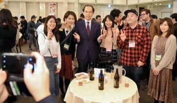 内堀知事(左から3人目)と記念写真を撮る参加者