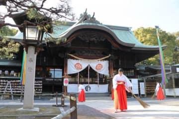 拝殿前を掃き清め、迎春準備を整える宗忠神社=岡山市北区上中野