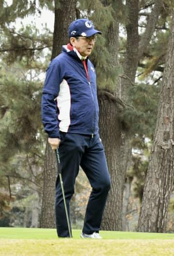 2日連続で、ゴルフを楽しむ安倍首相=30日午前、神奈川県茅ケ崎市