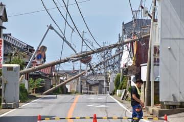 台風15号の影響で、連なるようにして倒壊した電柱=9月9日、館山市