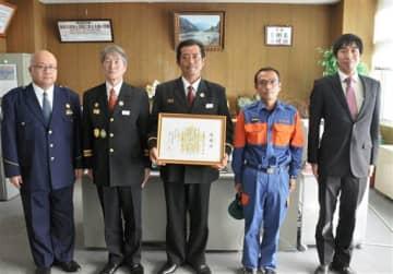 多良木署から感謝状を受け取った椎葉村消防団第6部の団員ら=多良木町