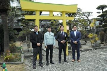 ばんぺいゆ神社の鳥居の前に達八代青年会議所のメンバーたち=八代市