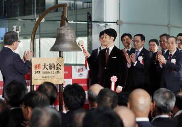 東京証券取引所の大納会で鐘を打つ、狂言師の野村萬斎さん(中央)=30日午後、東京・日本橋兜町
