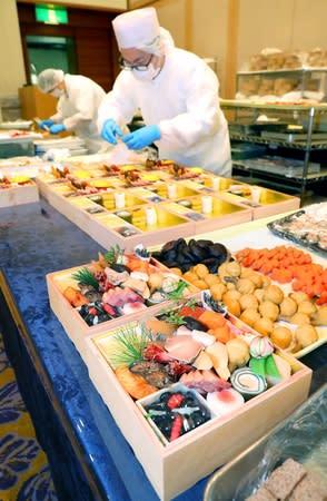 ホテルの料理人らが仕上げるおせち=30日、新潟市中央区