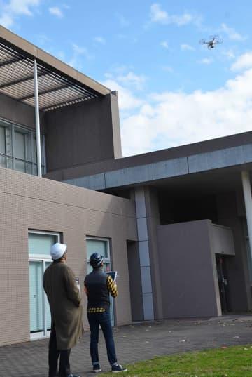 空中から施設の点検作業をする小型無人機ドローン=二宮町生涯学習センター「ラディアン」
