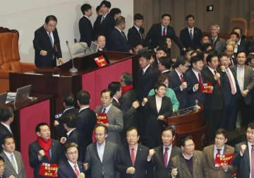 30日、ソウルの国会で「自由韓国党」が反対する中、検察改革関連法案の採決を始めようとする文喜相議長(左上)(聯合=共同)