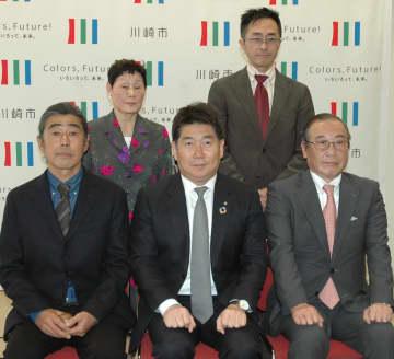 (前列左から)飯田誠二さん、福田紀彦市長、浅井次雄さん、(後列左から)砂山幸子さん、小林誠さん=川崎市役所