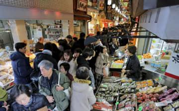 正月用の食材を買い求める人でにぎわう錦市場(30日午後0時44分、京都市中京区)