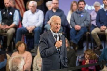 30日、米ニューハンプシャー州の集会で話すバイデン前米副大統領(ゲッティ=共同)