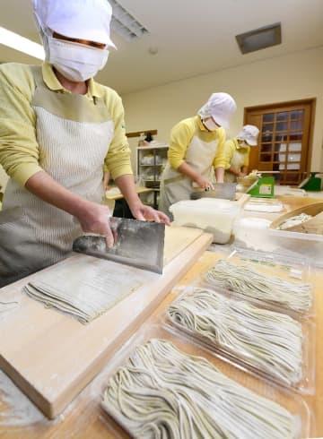 忙しそうに年越しそばを打つ従業員=30日午前9時ごろ、八戸市南郷の道の駅なんごう