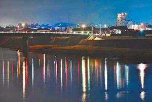 令和最初の年も残り1日。阿武隈川の川面には街の明かりや車のライトが映り込み、水は静かに流れていた=30日午後5時30分ごろ、本宮市
