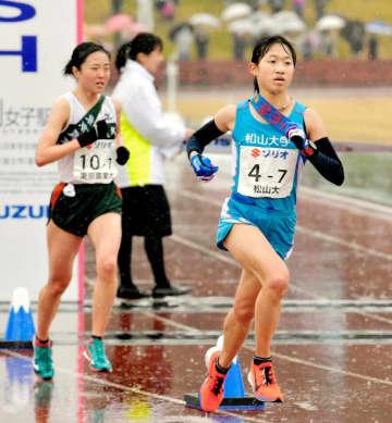 降りしきる雨の中、懸命にゴールを目指す松山大のアンカー・岡田(右)=富士総合運動公園陸上競技場