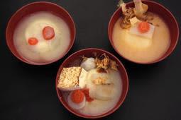 (左から)貴志、中央町、母子のお雑煮。聞き取りを基に作ってみた。大根やニンジンの「◯」「□」といった切り方、かつお節の有無にも違いがある=神戸新聞北摂総局